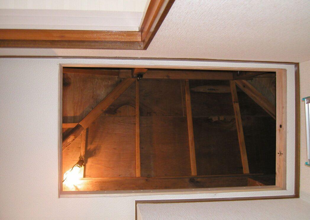 屋根裏 梯子取り付け部開口