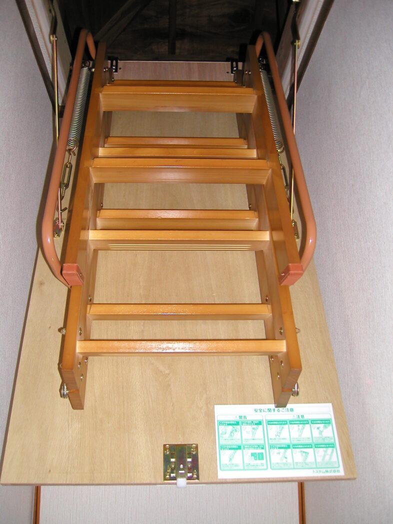 屋根裏収納 梯子 折り畳み状態