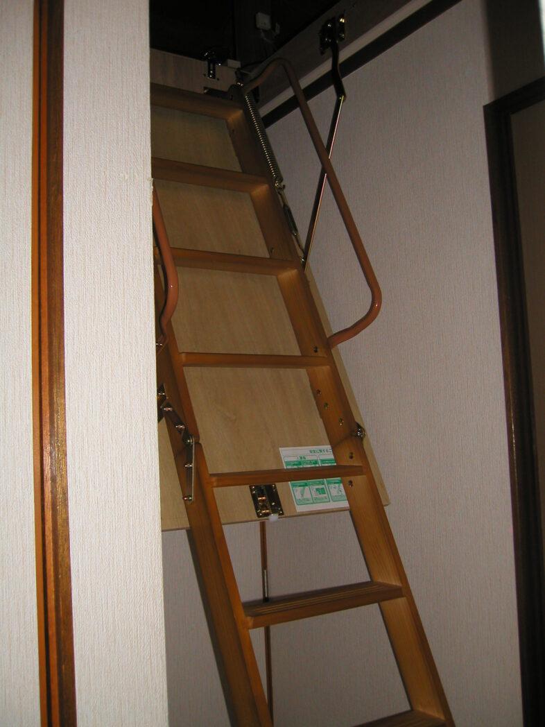 屋根裏収納 梯子 側面から