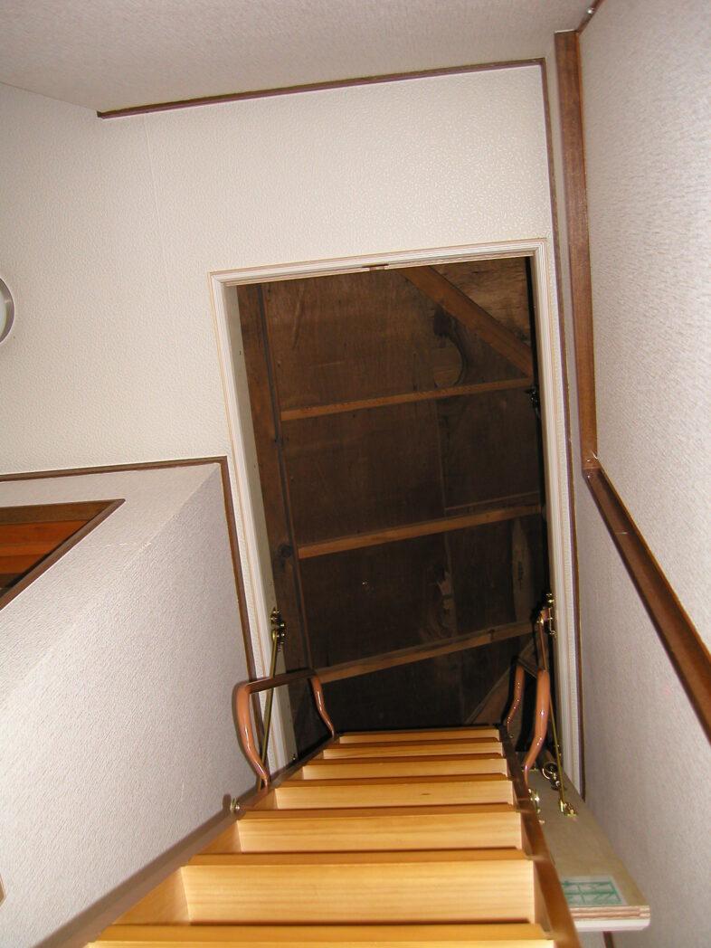 屋根裏収納 梯子 真下から