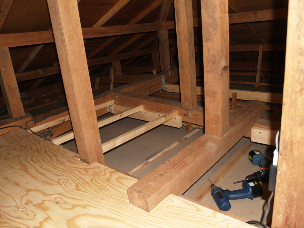 屋根裏収納 床貼り中1