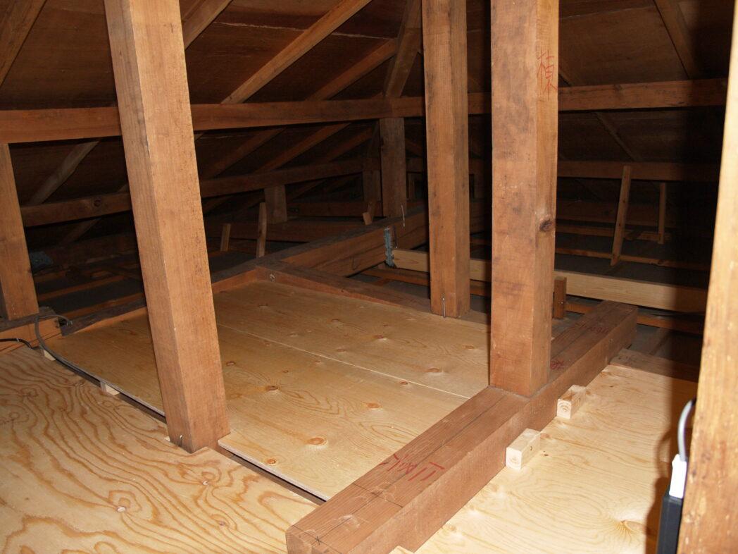 屋根裏収納 床貼り中2