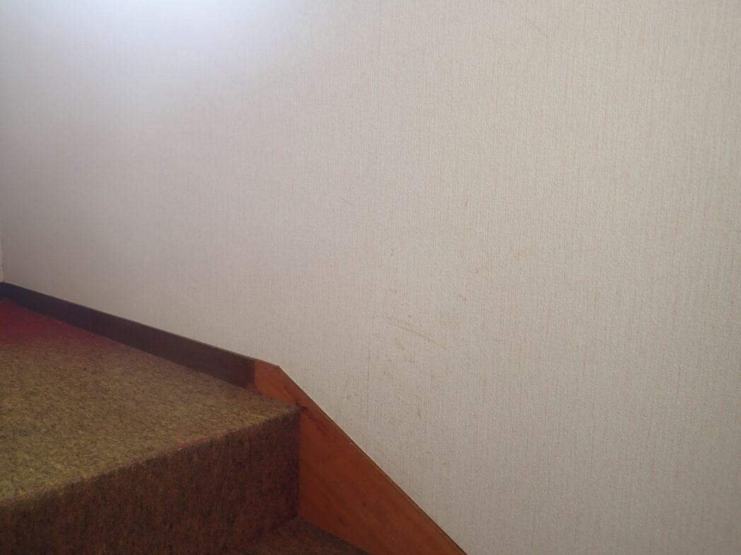 2階の階段を上がったところ。加工前