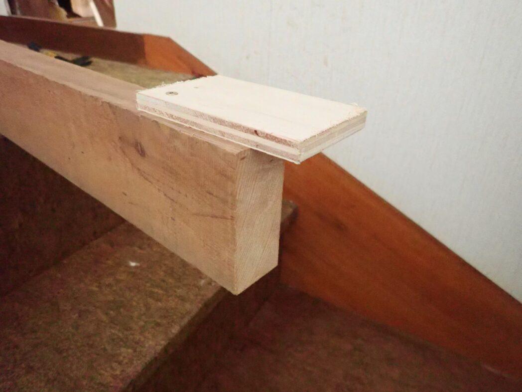 梁渡しに仮固定用の板を取り付け