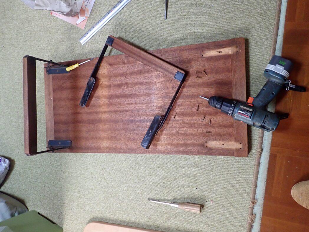 実家で50年以上前から使っていた、裁縫用の折り畳みの机