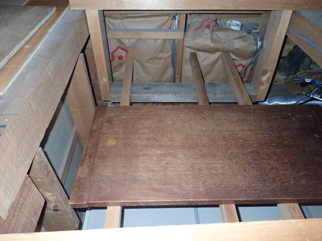 ユニットバス上空に1段下げた床を作る梁の仕掛けに角材通して、仮作業台に