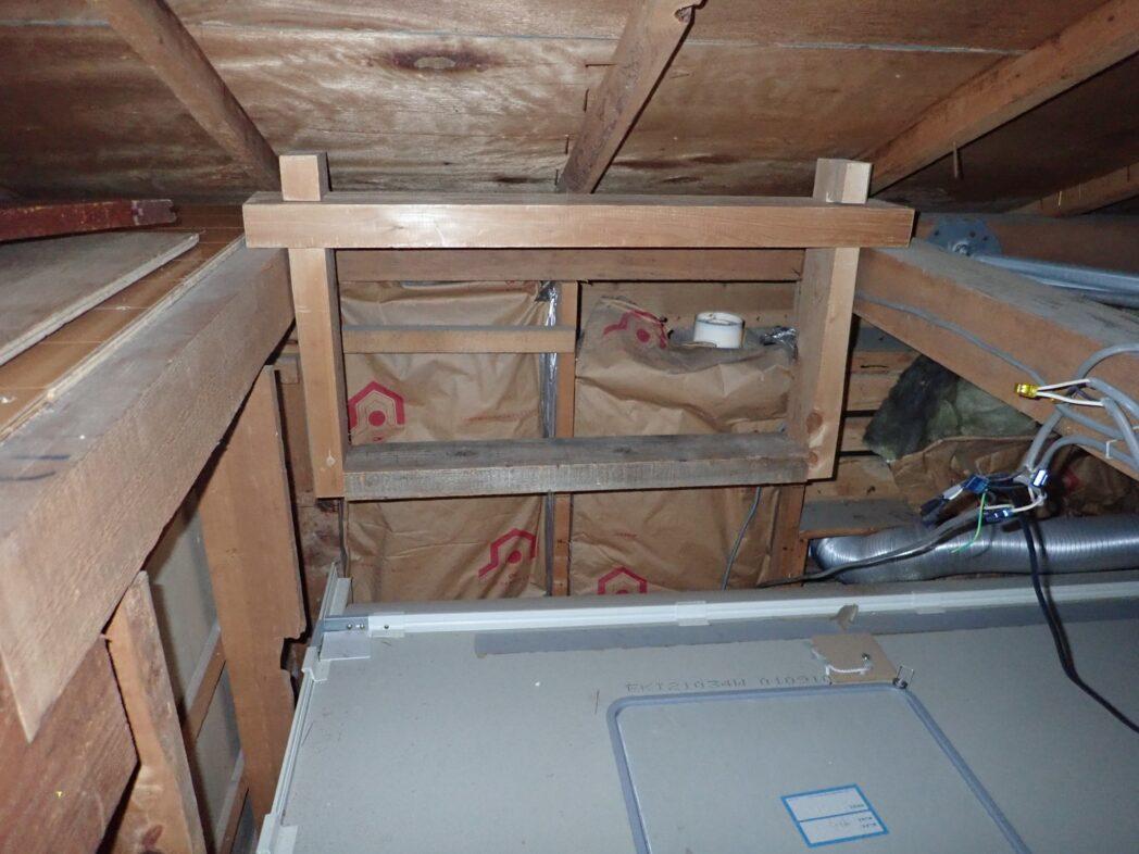ユニットバス上空に1段下げた床を作る梁の仕掛けを設置した図