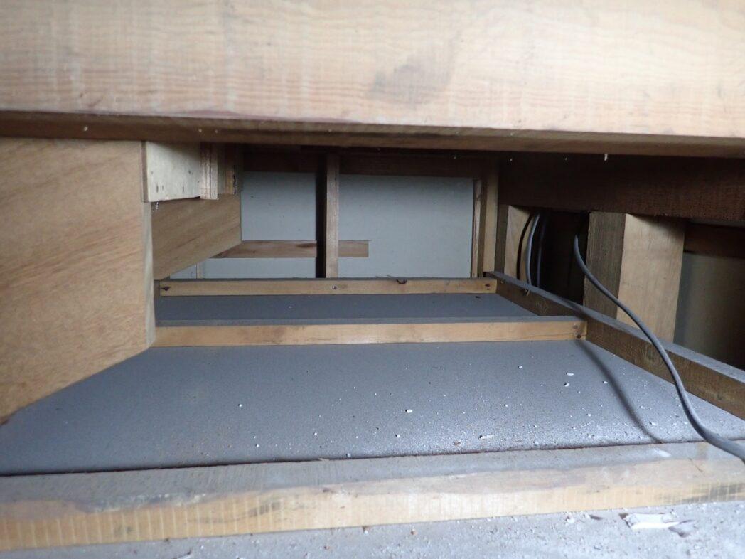 2階の廊下の床下のスペース