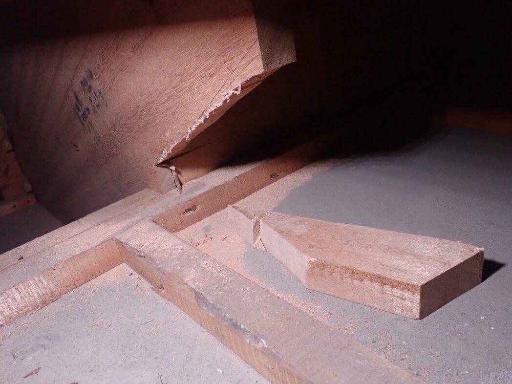 階段の側板を少しカット