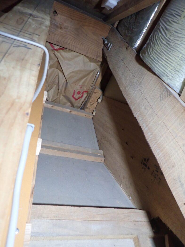 階段に沿って傾いている部分(加工前)