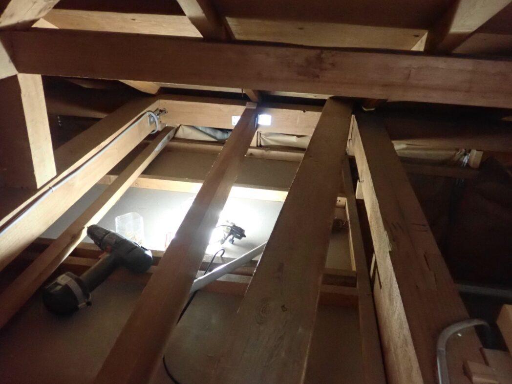 玄関上 屋根裏 床加工途中